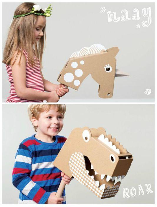 Игрушечная лошадка и динозавр из картонных коробок.
