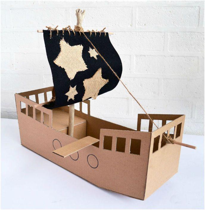 Пиратский корабль из картонной коробки.