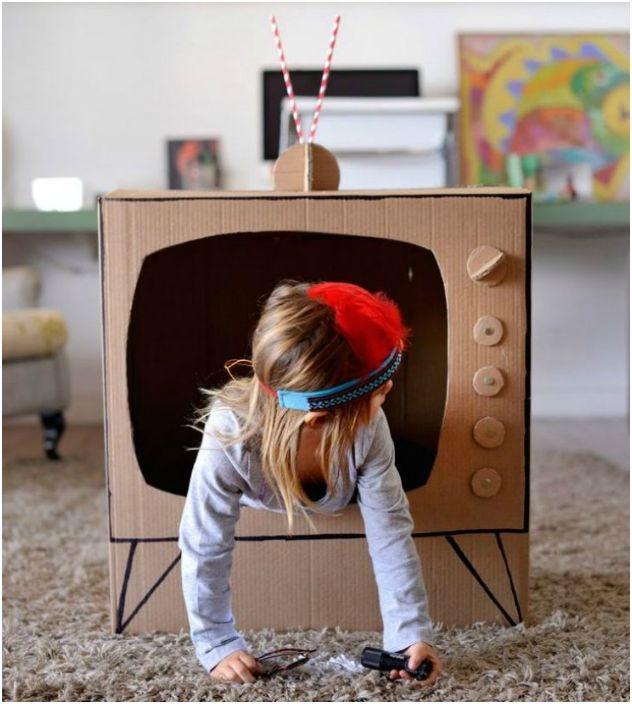 Телевизор из старой картонной коробки, который понравиться малышам, мечтающим о славе.
