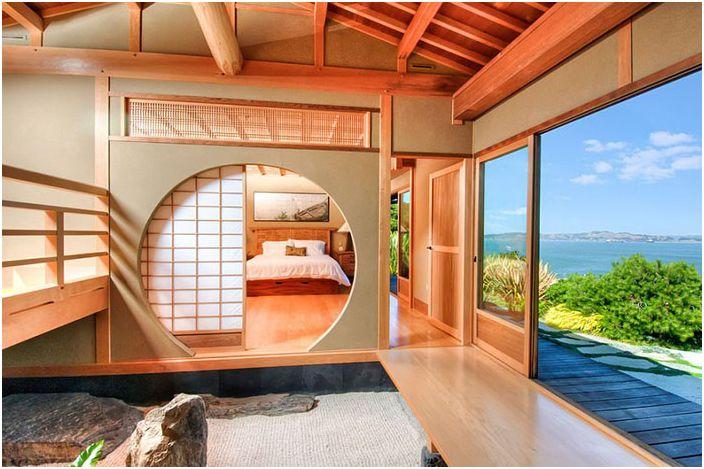 Interiøret i et soverom med en klassisk Shoji-skjerm av Decker Bullock Sotheby & rsquo; s International Realty