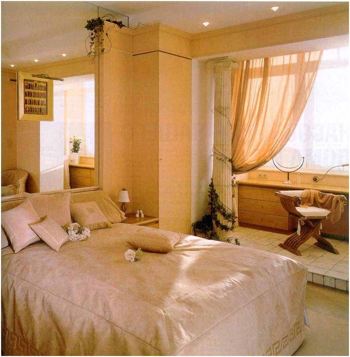 Деликатните и топли цветове в дизайна на спалнята подчертават нейната домашна атмосфера.