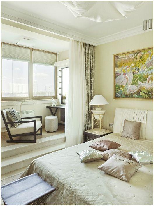Пространството на спалнята е разширено, което добавя светлина към стаята.