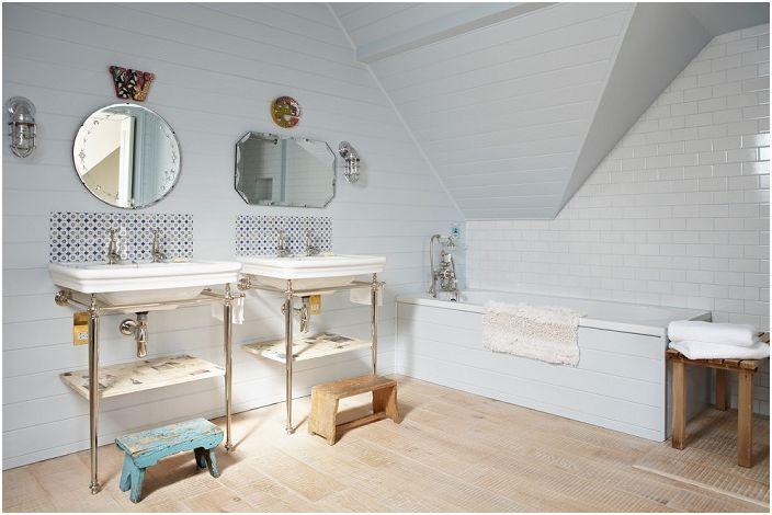 Хубава, причудлива баня с прекрасни плочки.