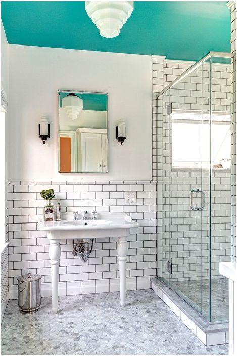 Приятен дизайн на банята в бели и сини цветове.