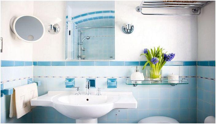 Отлично решение за банята са сините плочки със синя рамка.