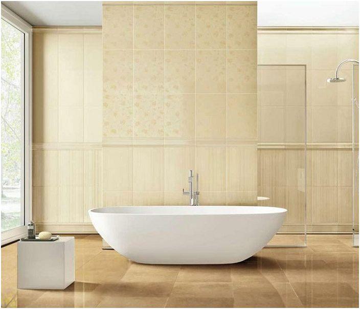 Банята е декорирана в кремави цветове.