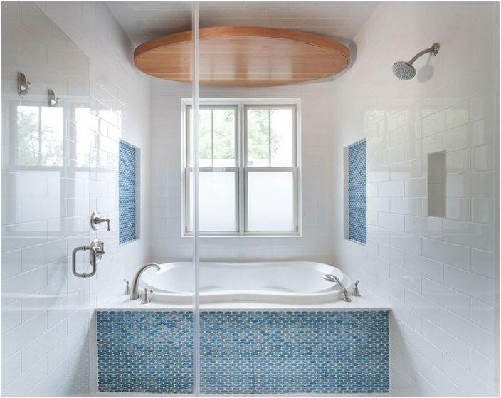 Бели плочки с красиви мозайки в сини тонове.
