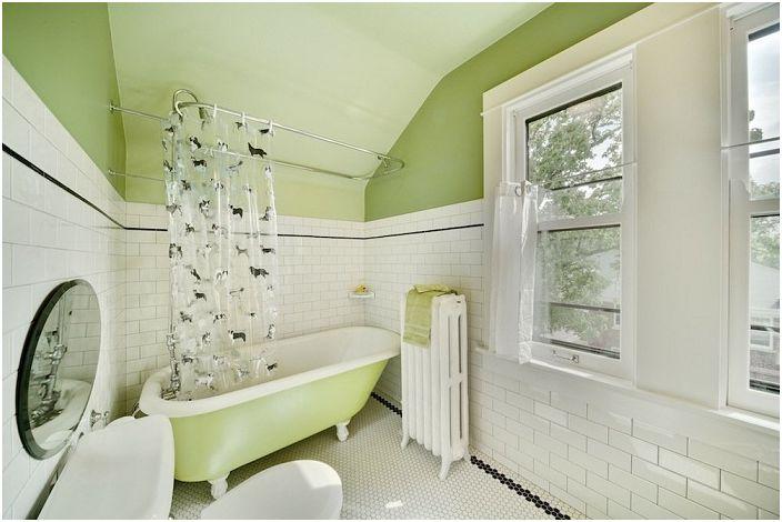 Белите плочки в банята добавят светлина.