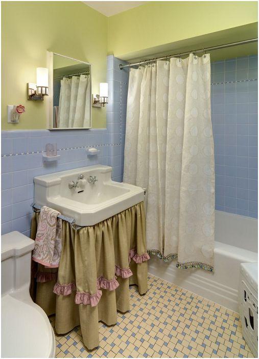 Декорирането на банята с различни завеси и хубави плочки добавя един вид уют.