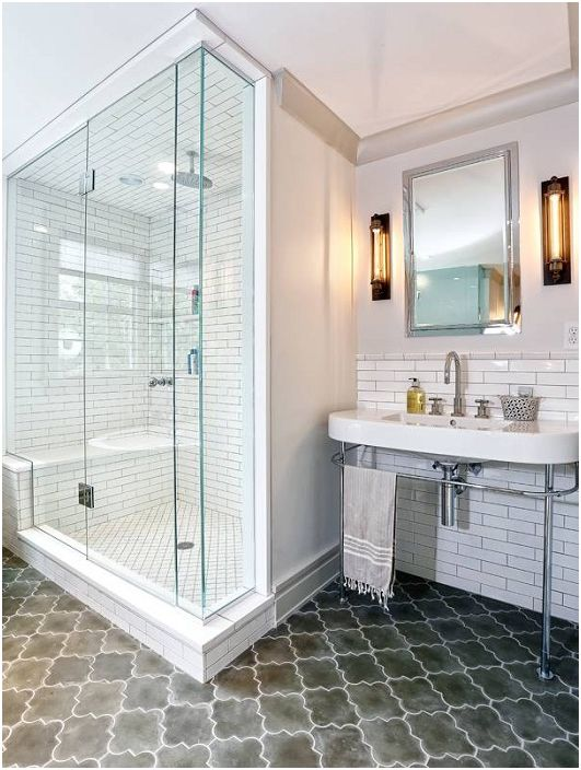 Банята е украсена с бели плочки.