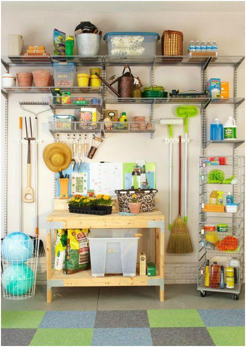 Прекрасно организованная зона для хранения садовых принадлежностей и инструментов.
