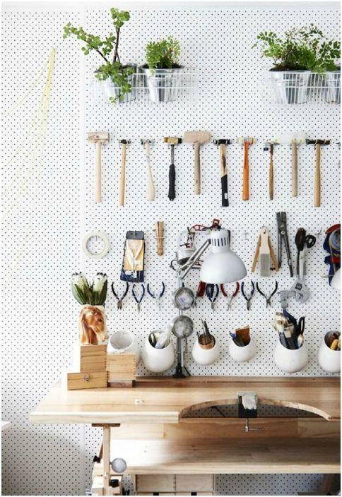 Чудесен начин да организирате малка работилница в гаража.