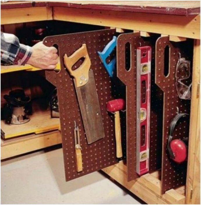 Метални вертикални разделители с отвори и куки за правилно съхранение на инструменти.