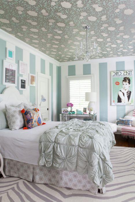 Идея номер 16. Деликатният тапет на тавана прави интериора на спалнята интересен