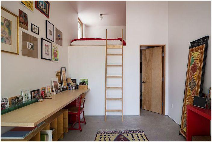 Горе по стълбите към леглото