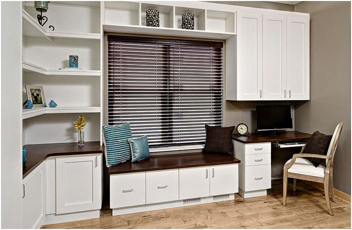 Модерен домашен офис с гардеробно легло