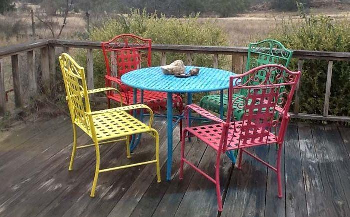 Разноцветные стулья