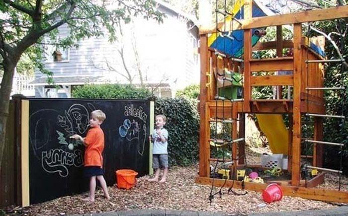 Доска для рисования мелками во дворе