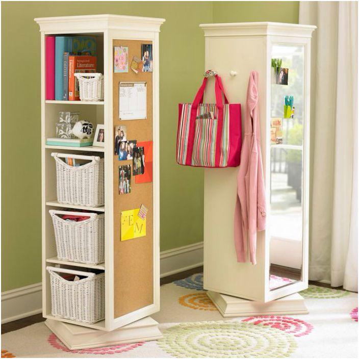Въртяща се шкаф-ниша, оборудвана с огледало, куки за дрехи, рафтове за съхранение