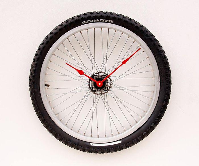 Zegar wykonany z koła rowerowego