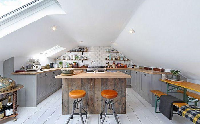 Кухня на таванското помещение със светлинна светлина