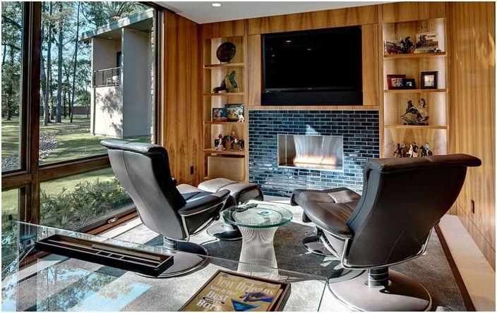 Biuro domowe z TV nad kominkiem
