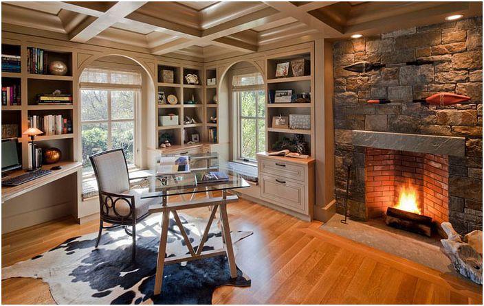 Biuro domowe z kamiennym kominkiem