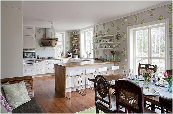 Кухня в эклектичном стиле с обоями на стенах