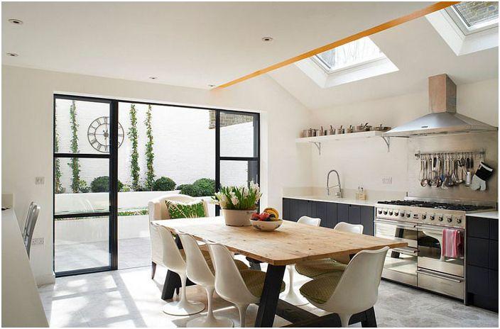 Интерьер кухни в эклектичном стиле в серо-белых тонах