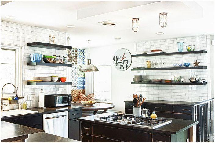 Интерьер кухни в эклектичном стиле с современными и индустриальными элементами
