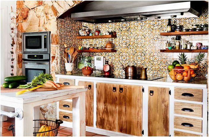 Интерьер кухни с оригинальным кухонным фартуком