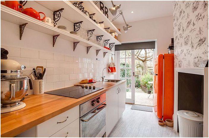 Интерьер кухни в эклектичном стиле с оранжевыми акцентами