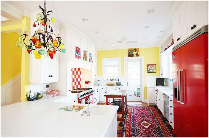 Яркая кухня в эклектичном стиле