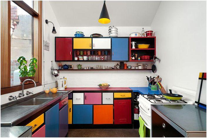 Разноцветная кухня в эклектичном стиле