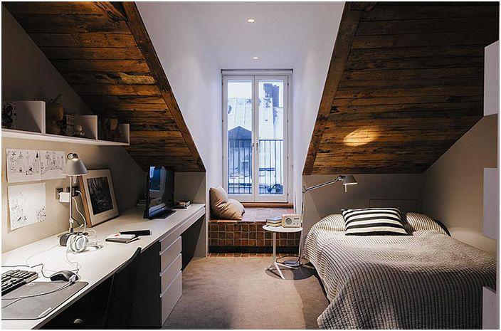 Комбинация от работно място и спалня