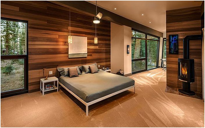 Луксозна мъжка спалня с гледка към гора