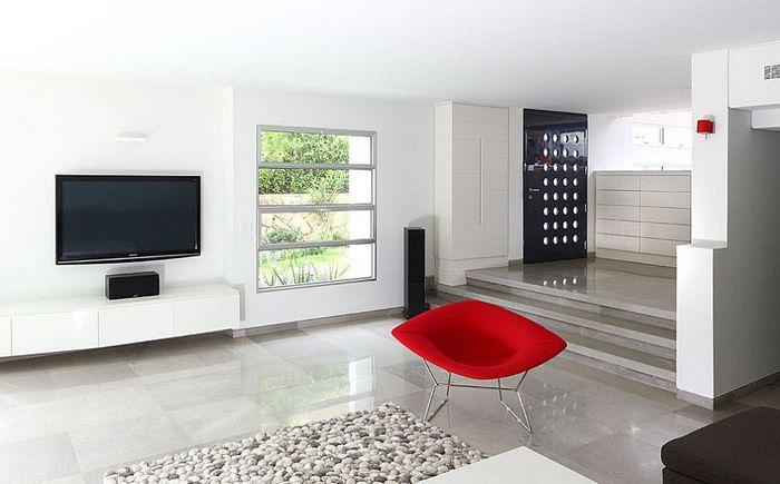 Bertoia Diamond-nojatuoli minimalistisessa olohuoneessa