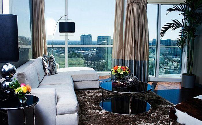 Tyylikäs olohuone, jossa alkuperäinen sohvapöytä