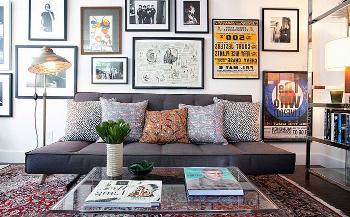 Акрилна маса, персийски килим и мек диван - хол от Линдзи Пеннингтън