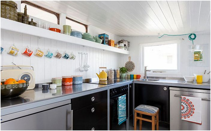 Цветни съдове в кухнята