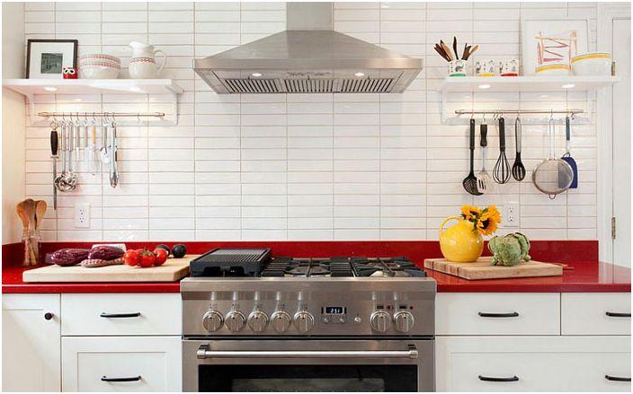 Бяла кухня с червен акцент от кухня и баня + дизайн