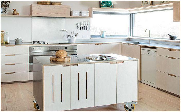 Кухня с работещ остров на колела