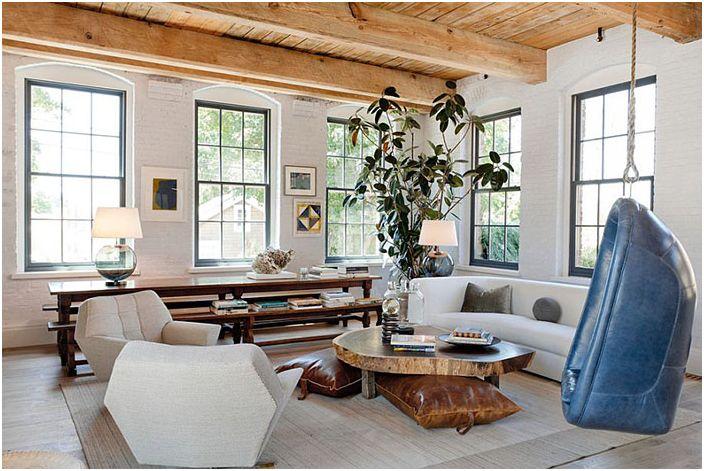 Дървени греди на тавана и боядисани тухлени стени в хола