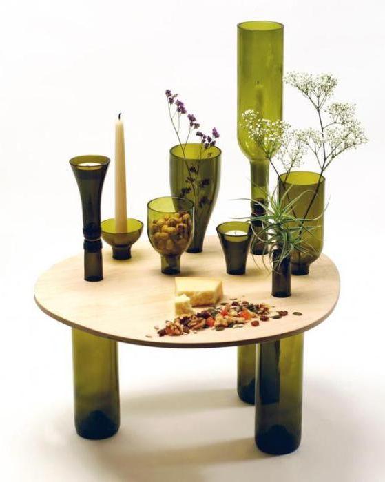 Холна маса, изработена от малък плот за маса и бутилки за вино.