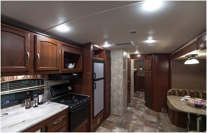 Winnebago Ultralite. Удобна грапава кухня.