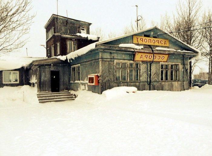 Дървена сграда на летище Ossora в Камчатка