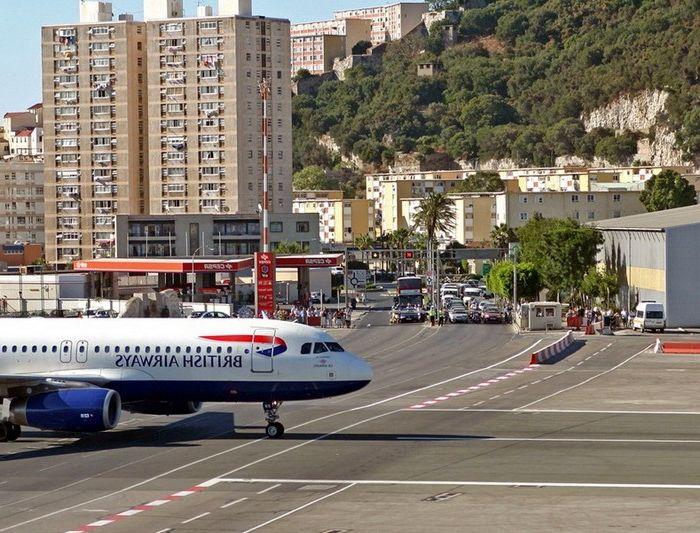 Летище в Гибралтар, което е пресечено от градска улица