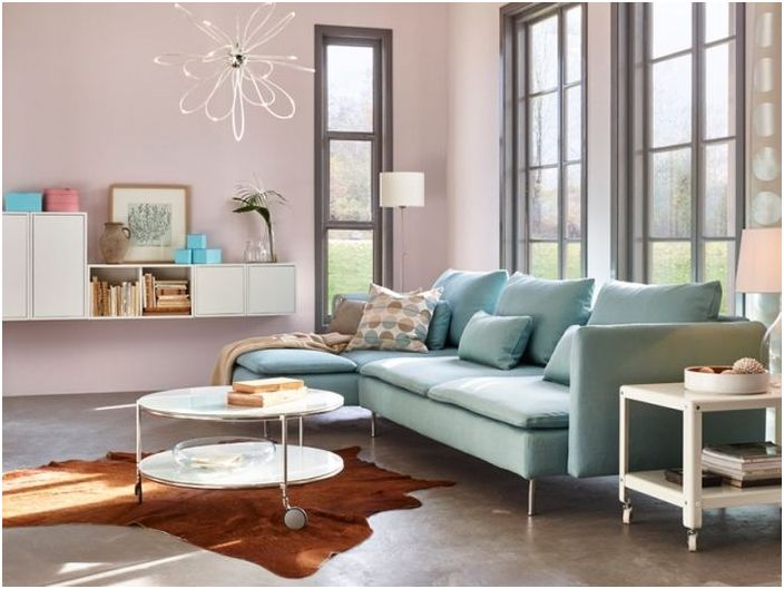 Светлите полупрозрачни нюанси са идеални за интериора на хола