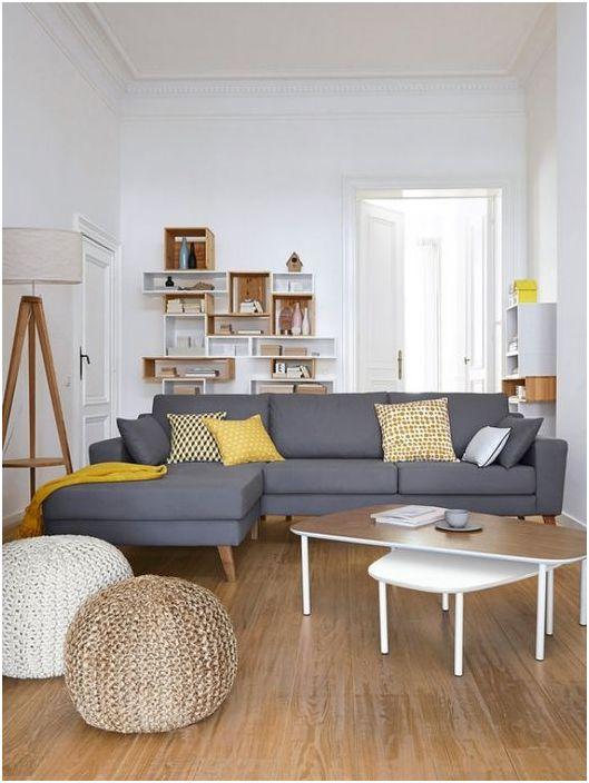 Неутралната цветова схема на хола е разредена с ярки декоративни възглавници