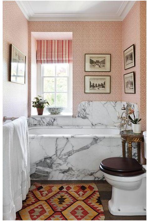 Коралловые обои в маленькой ванной